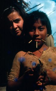 F-04930-Carmen-Dyna-Guitian-Pedrosa-y-Niña-Yanomami-Amazonas-Venezuela-1966