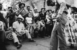 F-09542-San Juan Rojas llevando a Camacho en el Poco a Poco, 1982