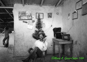 F-09548-1984 Diciembre Alirio Rojas en su finca de Caspito006 Copy