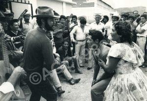 F-09551-Alirio Rojas llevando Los Calambres en el Poco a poco 1982
