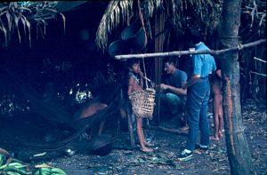 F-04891-Carmen-Dyna-Guitian-Pedrosa-en-el-Shabono-Yanomami-Amazonas-1966