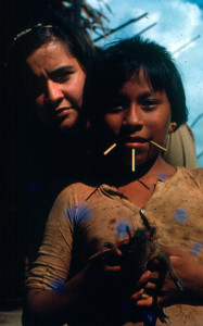 F-04930-Carmen-Dyna-Guitian-Pedrosa-y-Niña-Yanomami-Ama1